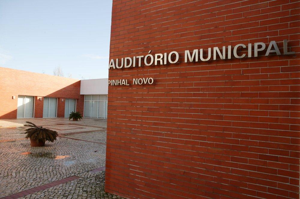 """c612528b0 CM Palmela / Ciclo de cinema: Auditório Municipal de Pinhal Novo exibe """"O  Castelo Andante"""" e """"Grease"""""""